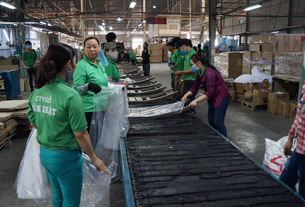 台商新日木業因中美貿易戰,將中國生產線移轉到越南平陽省。攝影/黃琴雅