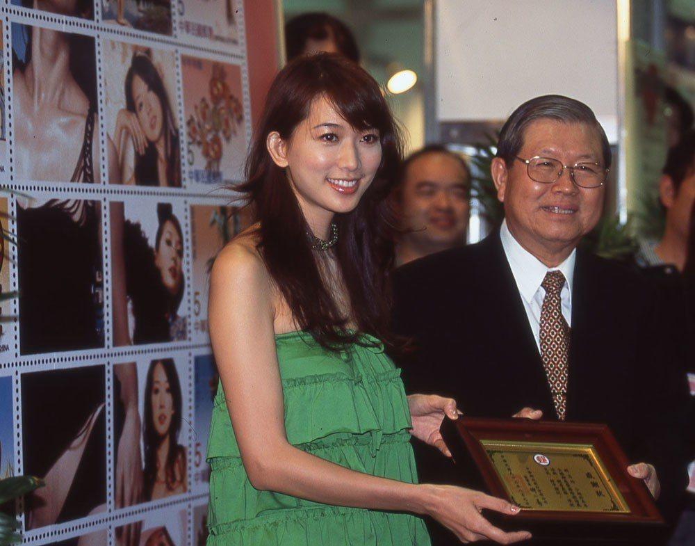 林志玲(左)與人合影或握手時,總會使自己的女神姿態完全不具侵略性。本刊資料