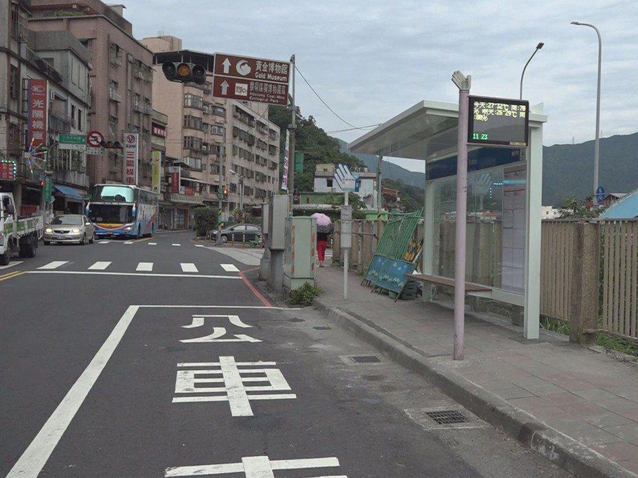 瑞芳區瑞峰橋頭的公車亭趕在雨季前完工了,因位處瑞芳市區至九份猴硐的要道,地方就呼籲民眾勿在公車亭前後臨停。 圖/觀天下有線電視提供