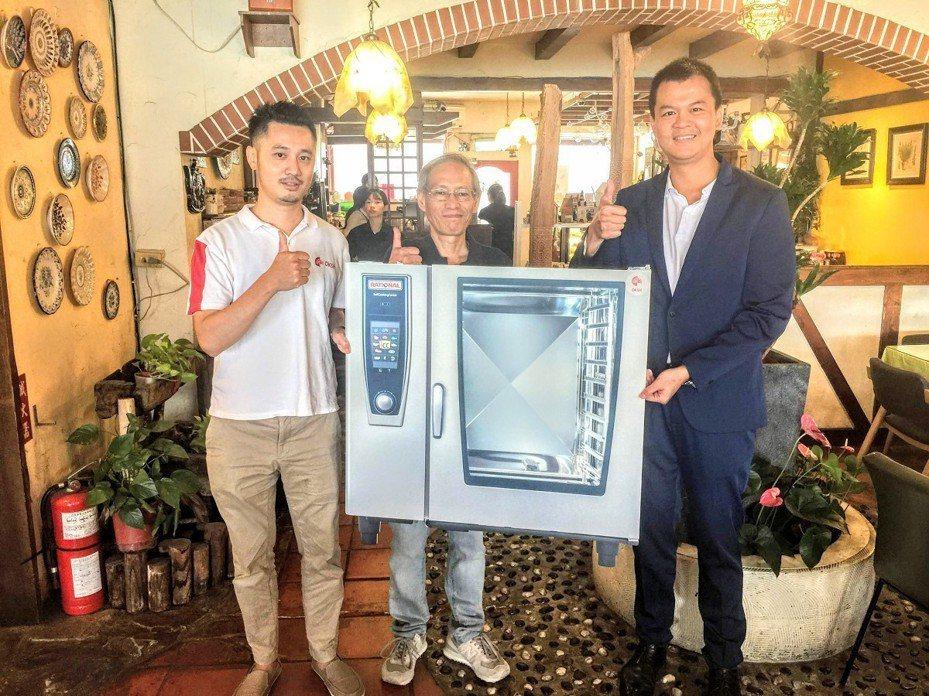 台灣舉辦首次的尋找最古老蒸烤箱的選拔活動,由淡水觀景餐廳「領事館咖啡」奪冠,獲得價值40萬元的全新RATIONAL蒸烤箱。 圖/紅樹林有線電視提供