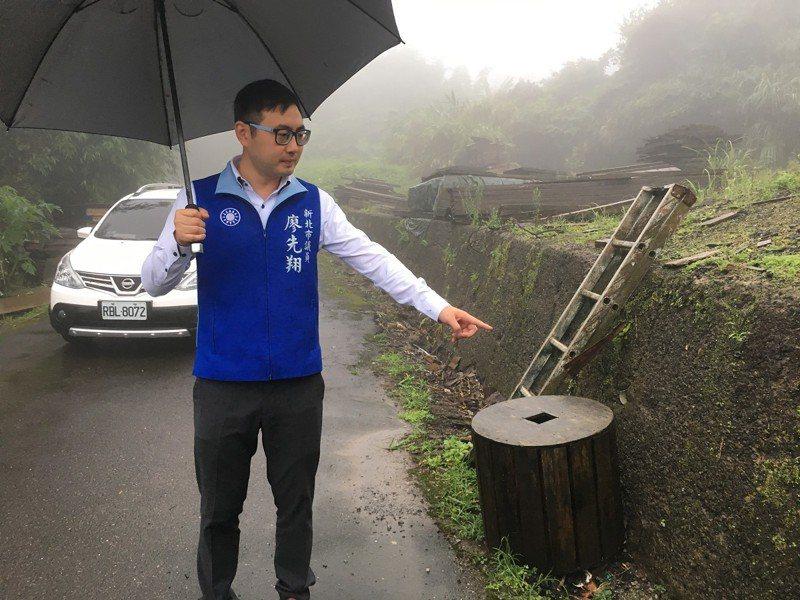 金山區三界里半嶺40號擋土牆與側溝毀懷,下大雨就會造成積淹水,市議員廖先翔要求取得土地同意書,就進場來施作修繕。 圖/紅樹林有線電視提供