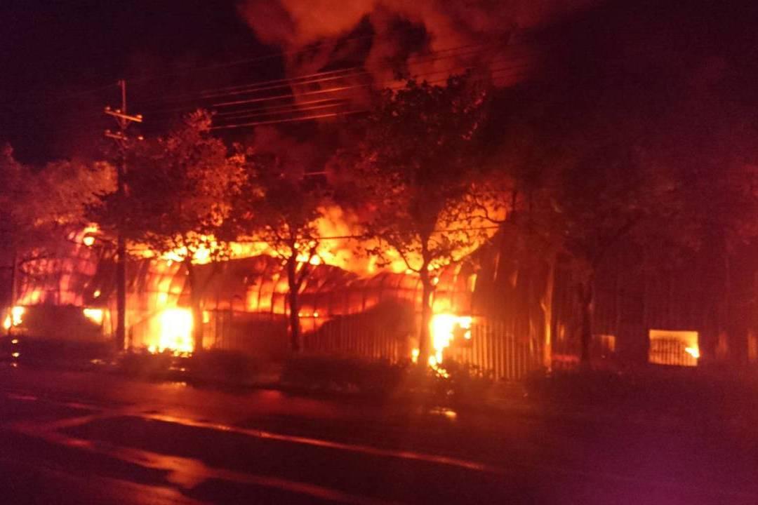 台南後壁深夜工廠大火延燒6小時 打火弟兄累癱