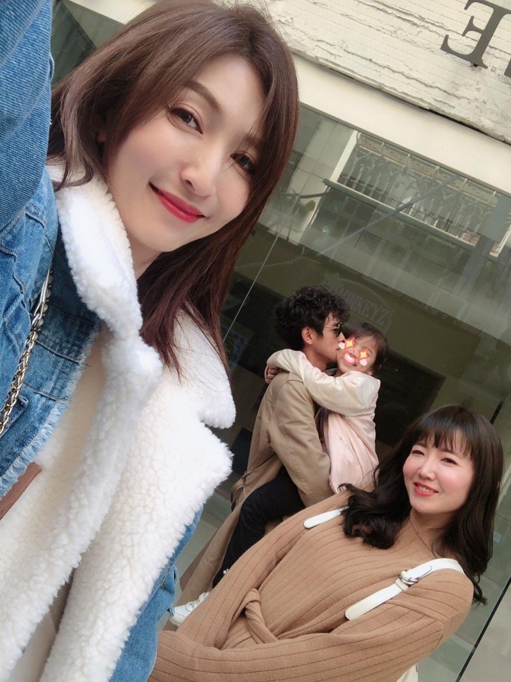 阿翔(中)和老婆Grace(左)及謝忻今年初曾一起吃飯,幾個人還大方拍了合照。圖