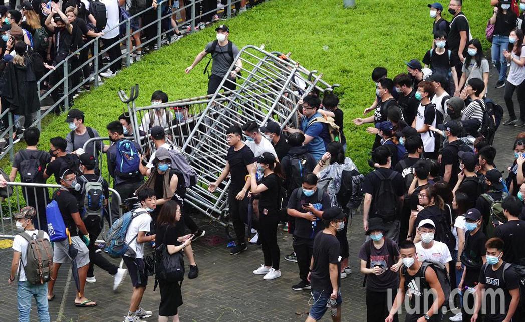 香港立法會今天將二讀辯論「逃犯條例」,一大清早數千香港民眾聚集在立法會外並拆掉圍...