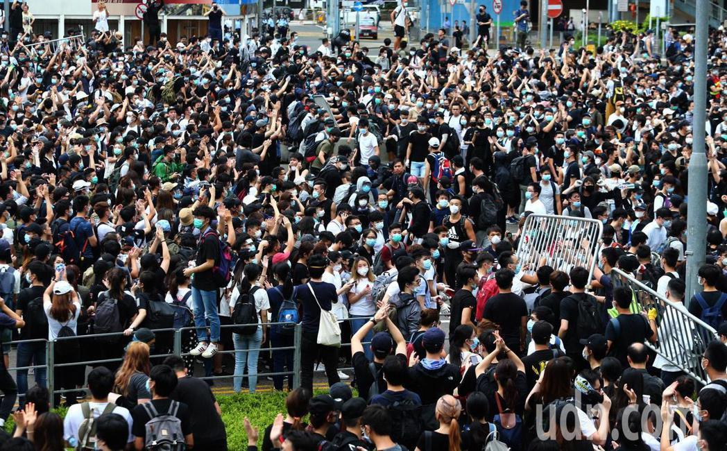 香港立法會今天將二讀辯論「逃犯條例」,一早民眾聚集立法會外,開始拆除圍欄並堵住馬...