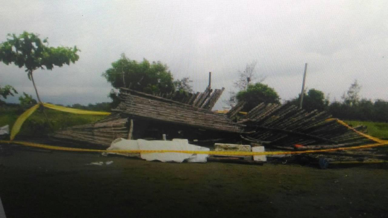 台南安平漁光島竹棚因大雨突倒塌,國小5年級吳姓男學童不幸被壓死。記者黃宣翰/攝影