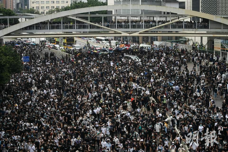 香港反送中示威市民聚集立法會大樓外圍馬路。取自明報