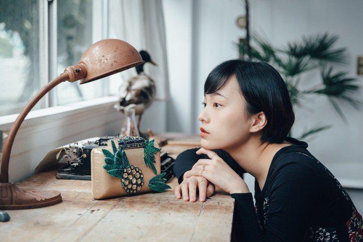 Isabelle Wen溫慶珠推出鳳梨造型宴會方包。圖/誠品生活提供