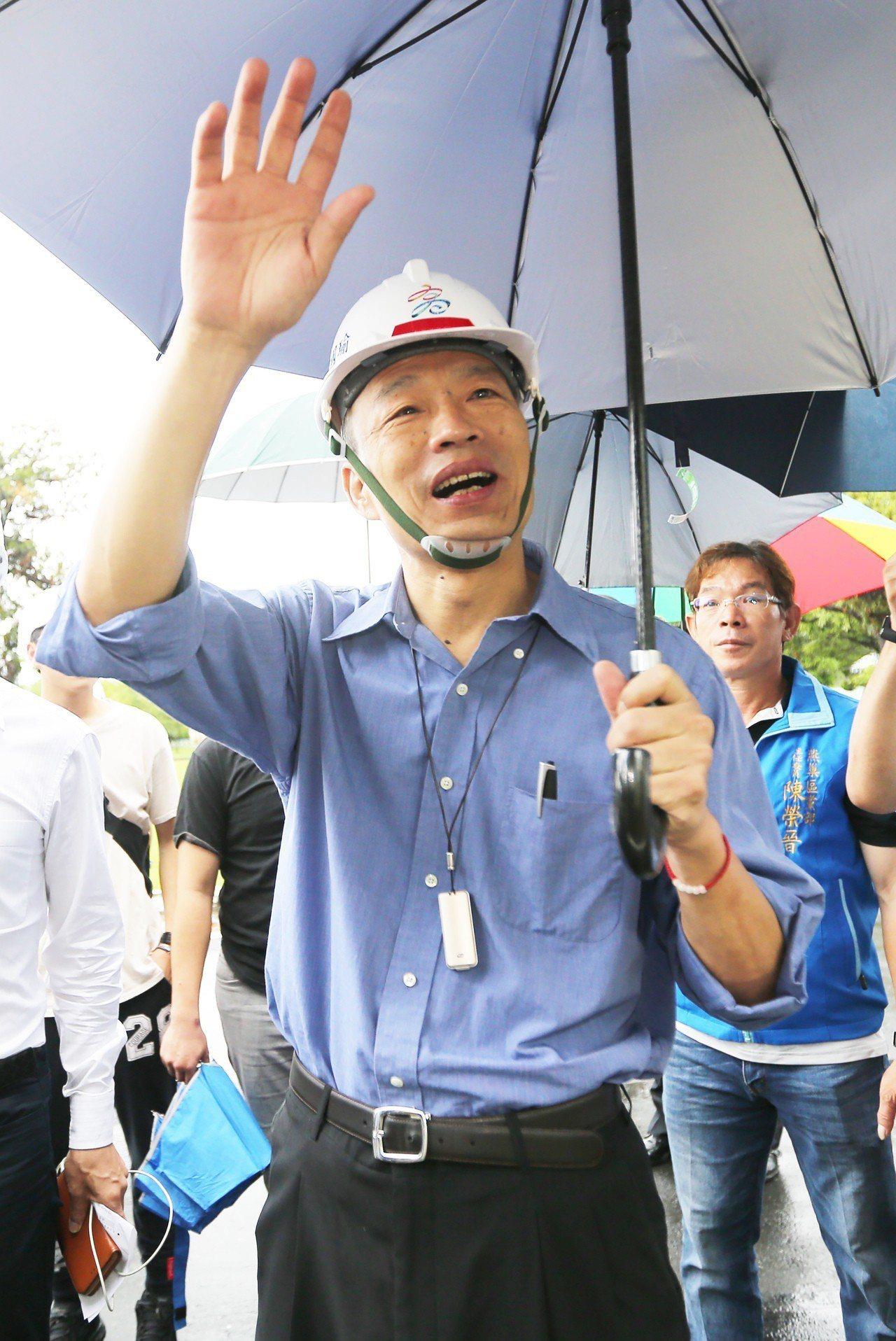 高雄市長韓國瑜上午到燕巢榮民之家拜訪,並與大家親切問好。記者劉學聖/攝影