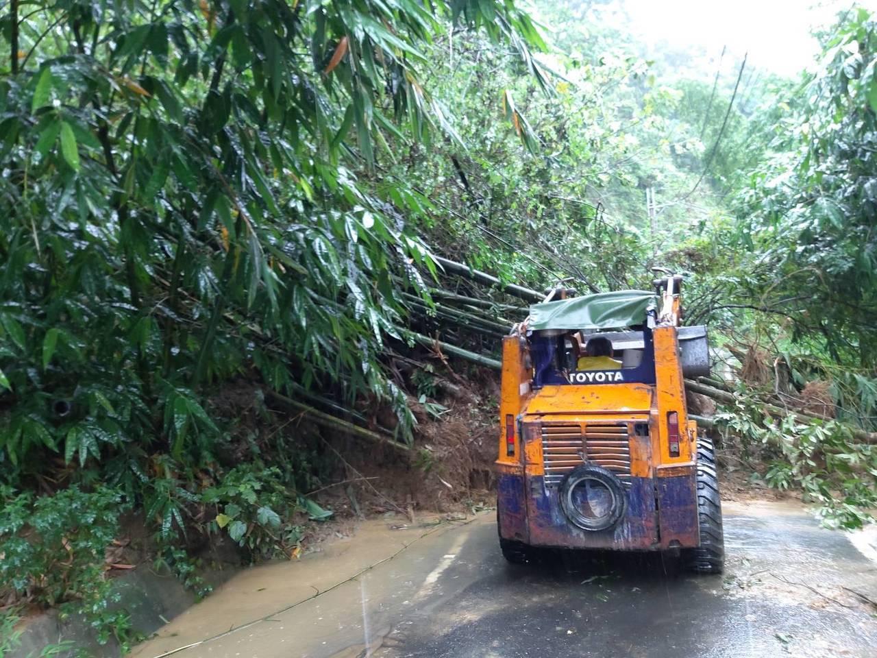 雲林古坑縣道158甲邊坡土石坍方 雙向道封閉搶通中