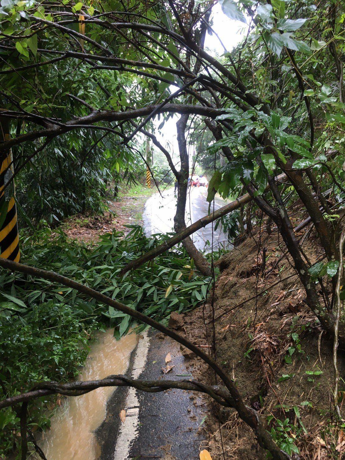 古坑鄉大埔縣道158甲43K處,因大雨邊坡土石鬆動滑落坍方。圖/縣府提供