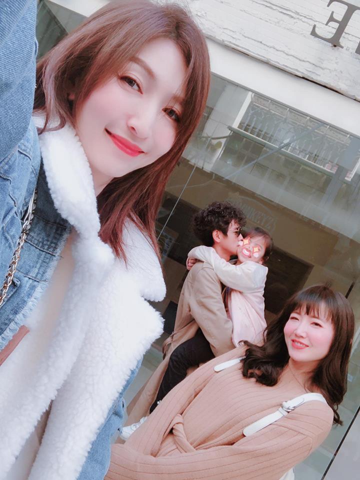 阿翔(左二)和謝忻(右)傳出婚外情,據悉老婆Grace也知情。圖/摘自臉書