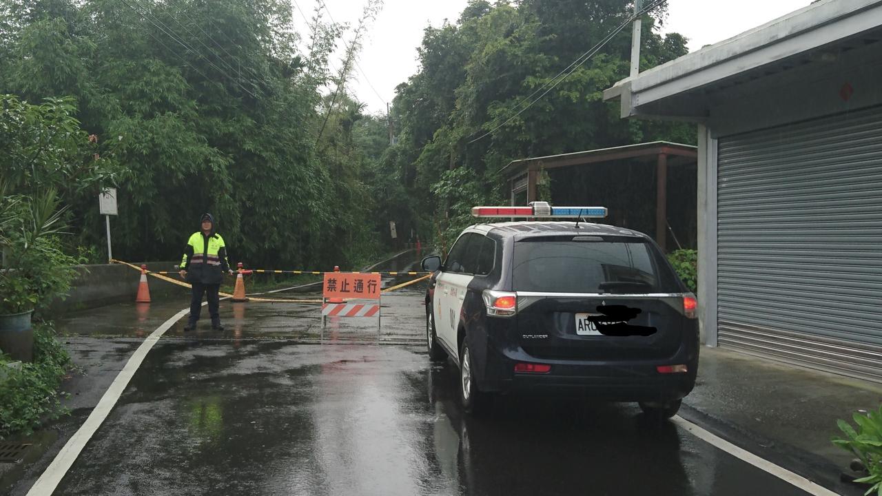 食水嵙溪暴漲,石岡萬仙街塌陷。圖/東勢分局提供