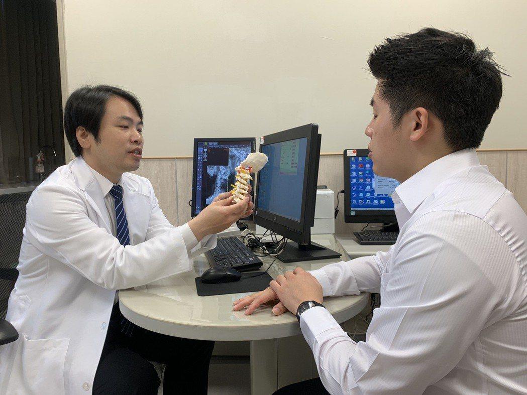 中國醫藥大學新竹附設醫院求診神經外科醫師江忠穎表示,久坐、久站不良的頸部姿勢,或...