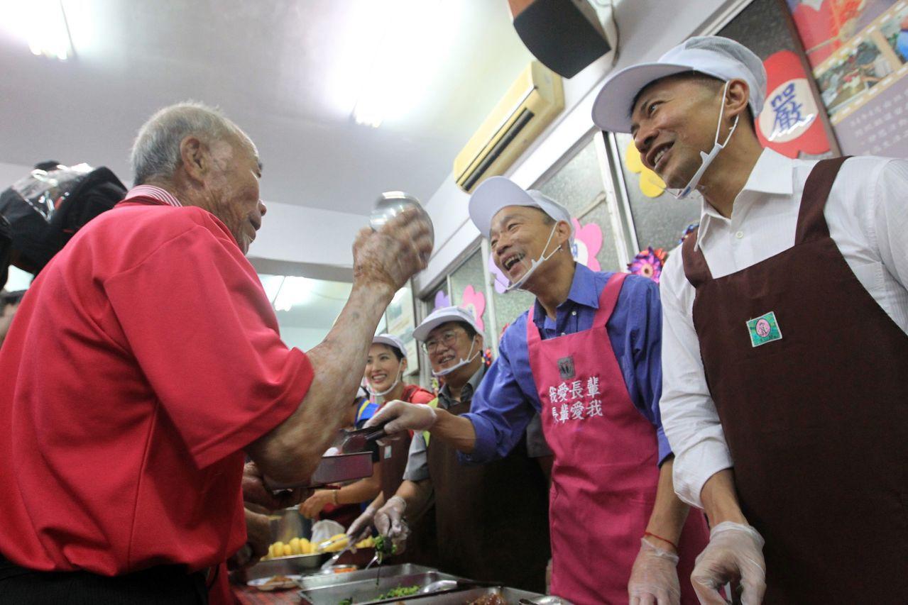 高雄市長韓國瑜赴燕巢安招社區與老人共餐,特別幫老人家打菜。記者王昭月/攝影