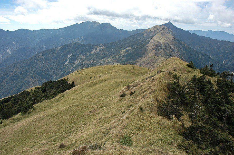 古庭維看著自己十年前登山的照片,想像在眼前這段稜線下方一、兩千公尺的地方,要開挖...