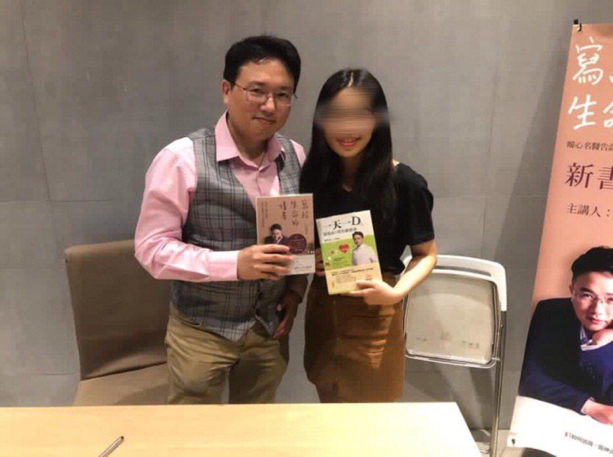 朱姓女生(左)是長庚醫院醫師江坤俊的粉絲,受到江坤俊醫師影響,決心擔任護士。照片...