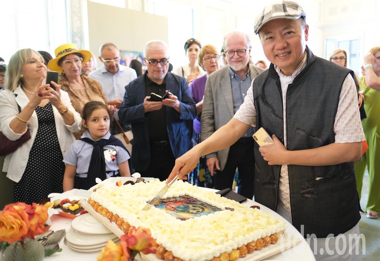 台灣藝術家林伯禧(右)在義大利「米蘭蒙札」皇宮舉辦邀請展,現場吸引許多民眾前來欣...