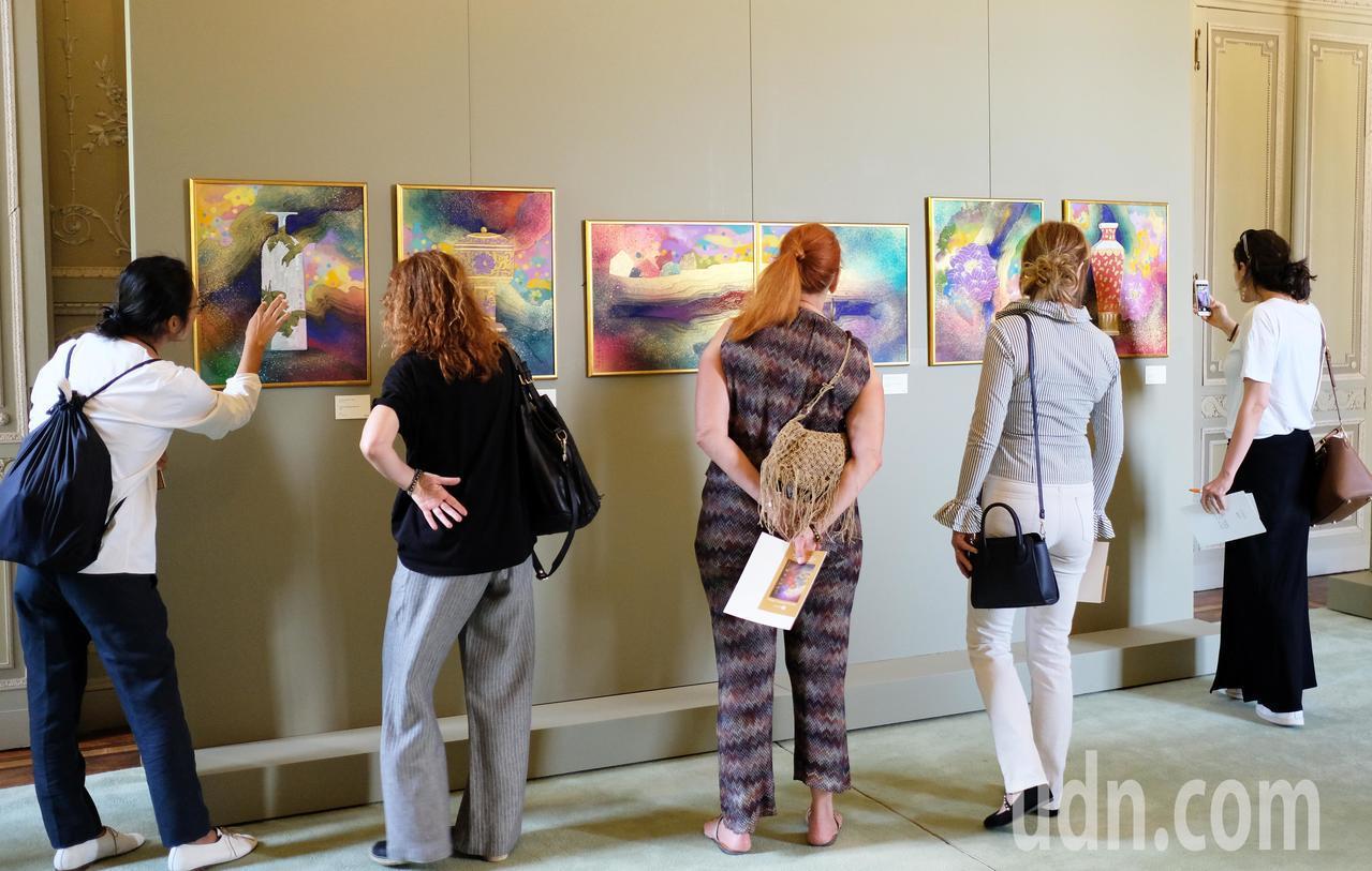 台灣藝術家林伯禧在義大利「米蘭蒙札」皇宮舉辦邀請展,現場吸引許多民眾前來欣賞。圖...