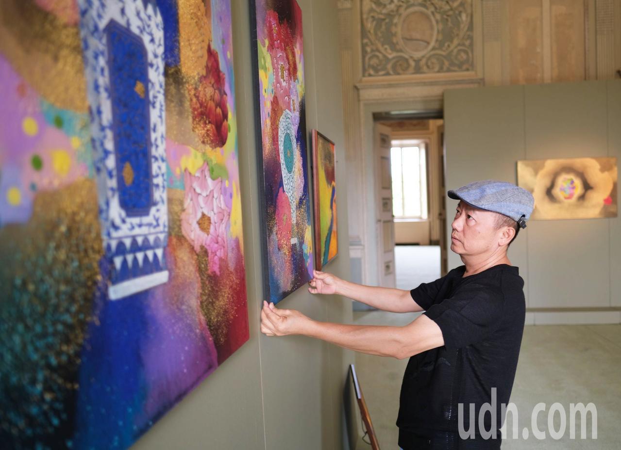 台灣藝術家林伯禧在義大利「米蘭蒙札」皇宮舉辦邀請展。圖/林伯禧提供