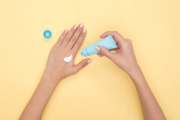 防曬乳的保存期限,最好在6個月內使用完。圖/摘自pexels