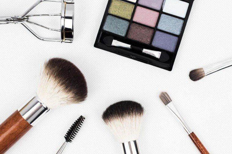 眼影在化妝品內使用期限最長,但出現結塊的狀況,就請更換掉。圖/摘自pexels