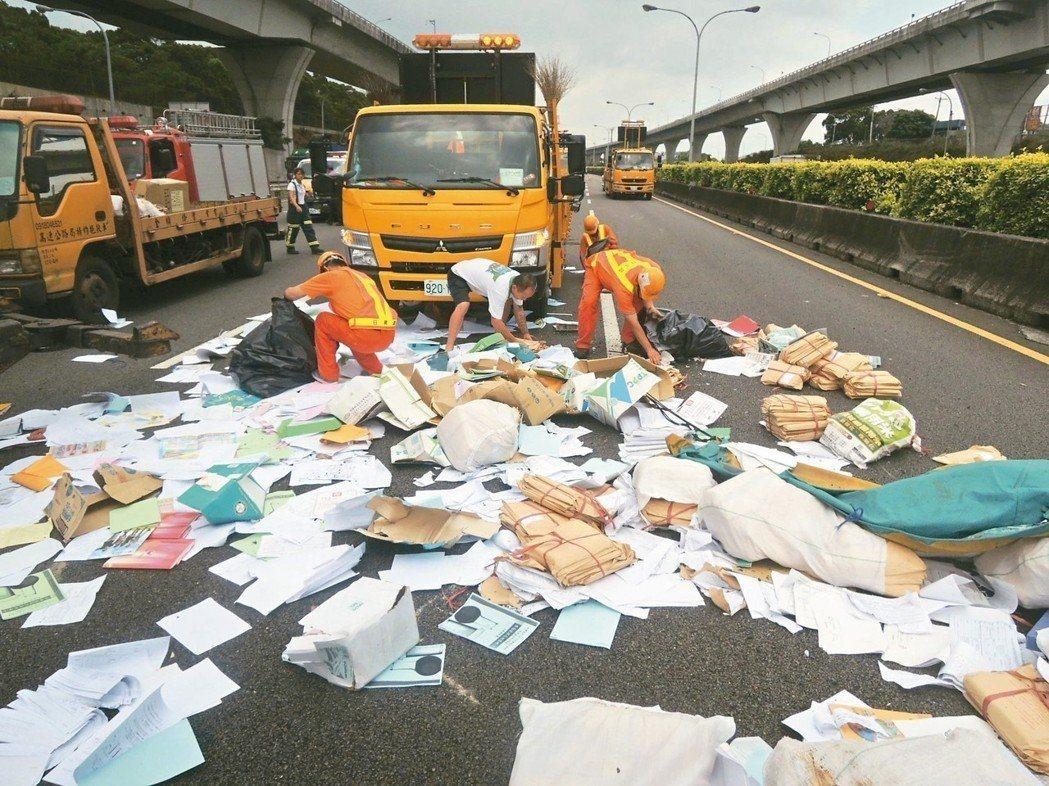 國道散落物五花八門,碰上載紙車翻覆散落,國道事故處理班成員只能彎腰一張張撿拾。 ...