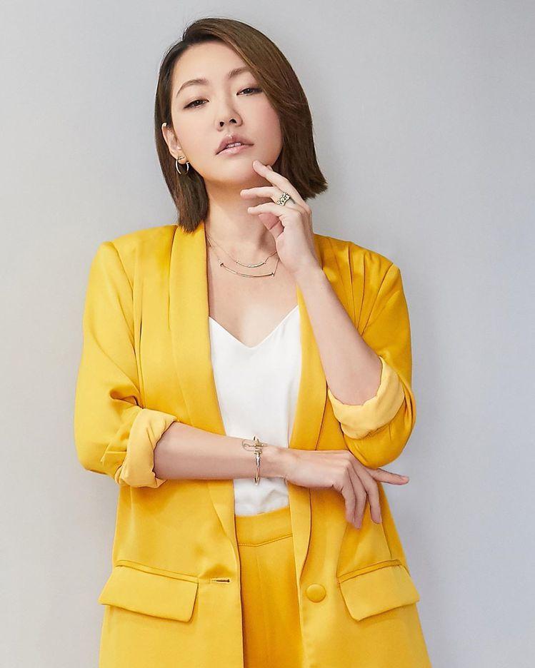 「國際巨星」小S徐熙娣以鮮黃色套裝,搭配Tiffany T系列珠寶,並上網自曬美...