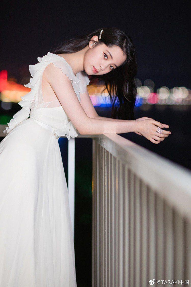 中國女星歐陽娜娜受邀當任表演嘉賓,以白色洋裝搭配TASAKI珠寶,自帶仙氣的造型...