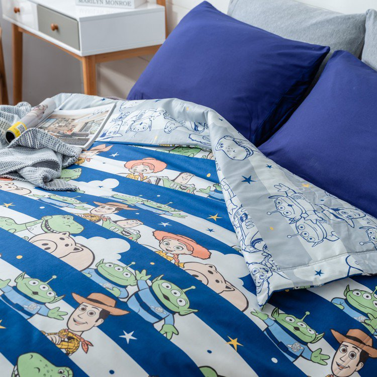HOLA迪士尼系列玩具總動員純棉涼被(藍),6月20日起特價1,190元。圖/H...