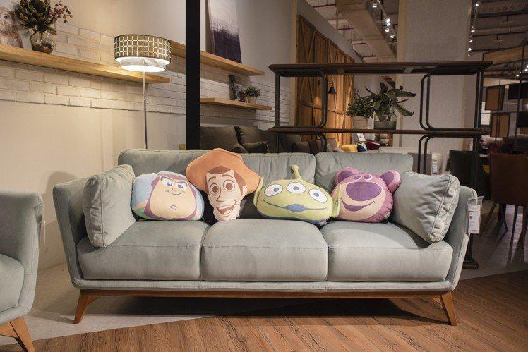 HOLA迪士尼系列玩具總動員造型抱枕,6月20日起特價599元,共有三眼怪、胡迪...