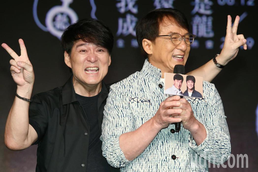 睽違十七年再發片,動作巨星成龍(右)推出新專輯,好友周華健(左)也擔任特別來賓前