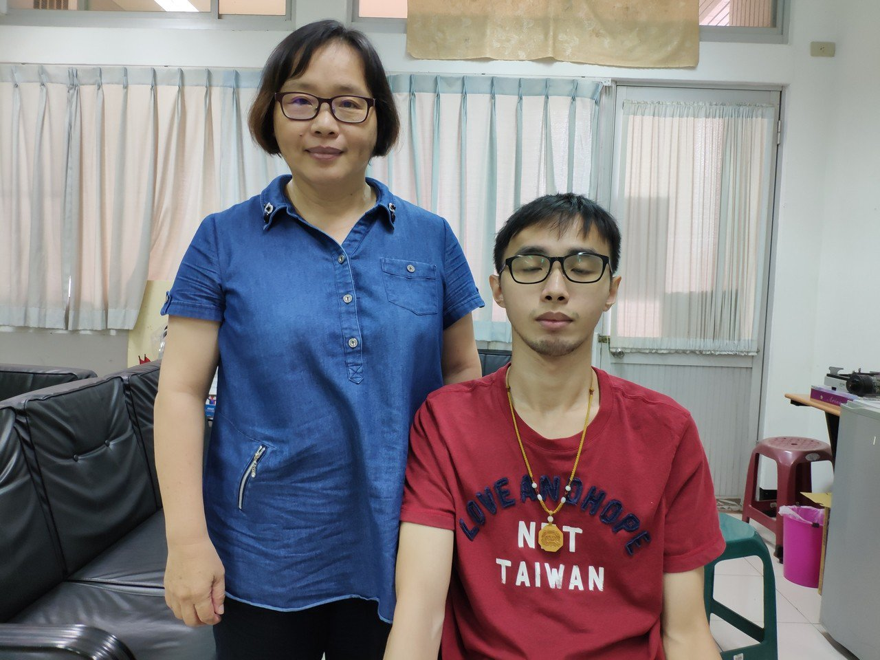 台灣首府大學資訊與多媒體設計學系學生韓文昊與母親薛敏卿。記者謝進盛/攝影