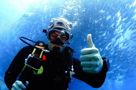 八大「世界第一等」主持人張勛傑,前往名列世界十大潛水地點之一的「巴里卡薩國家公園」拍攝外景,親自潛入海中看盡美景,目睹數萬條的魚群團聚,並體驗讓全球愛好者為之瘋狂的「傑克魚風暴」。張勛傑在游動過程中...