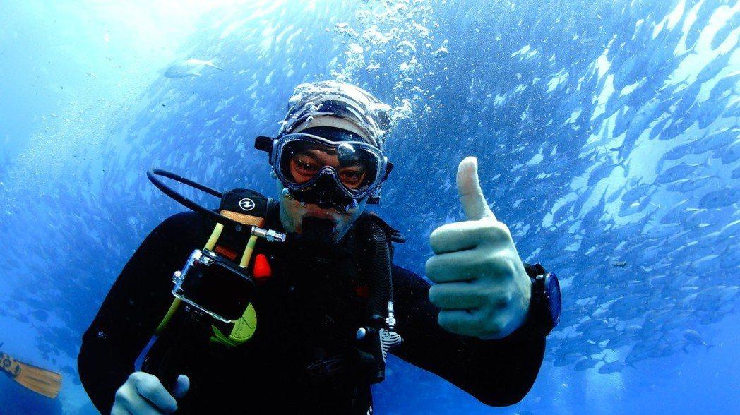 張勛傑在巴里卡薩國家公園遇到魚風暴。圖/八大提供