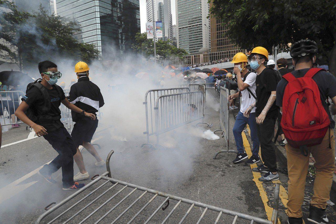 香港「反送中」示威者在立法會外被港警發射催淚瓦斯。香港立法會原訂12日進行「逃犯...