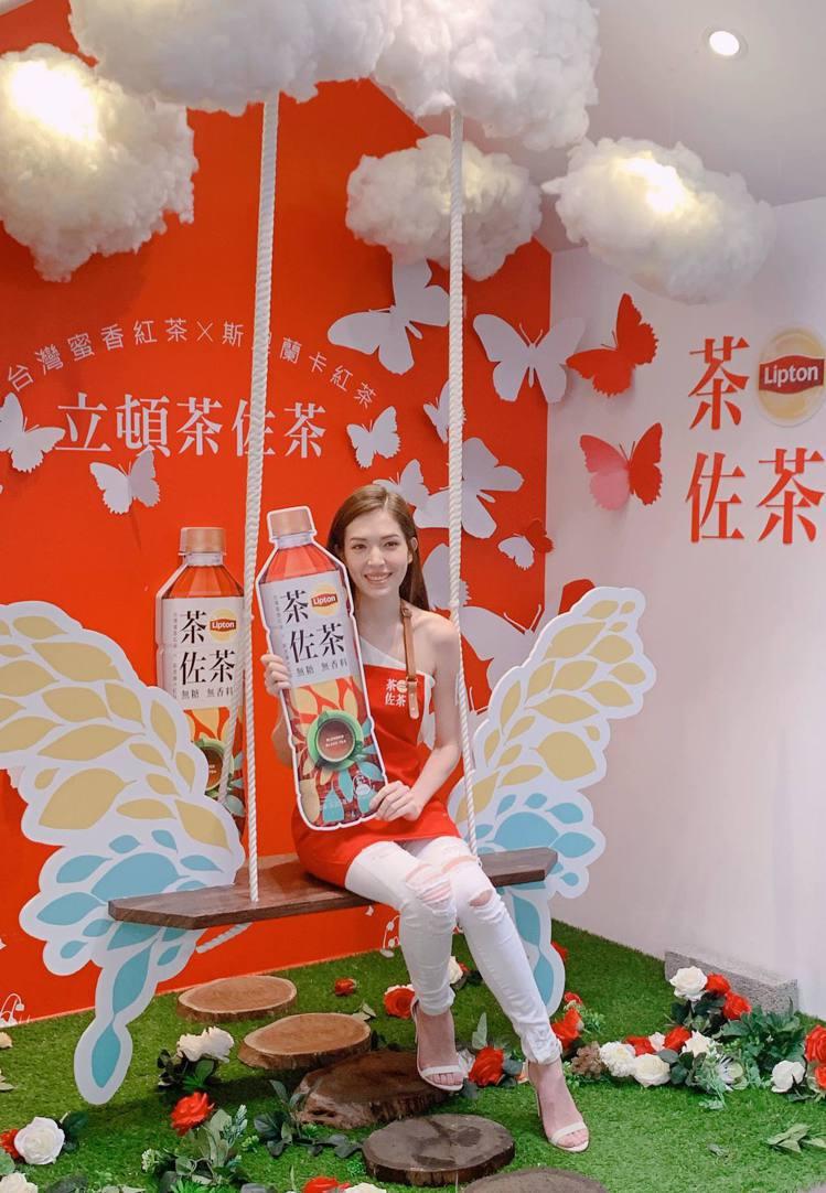 藝人許瑋甯擔任「立頓茶佐茶快閃店」一日店長,吸引粉絲爭相圍觀。記者徐力剛/攝影