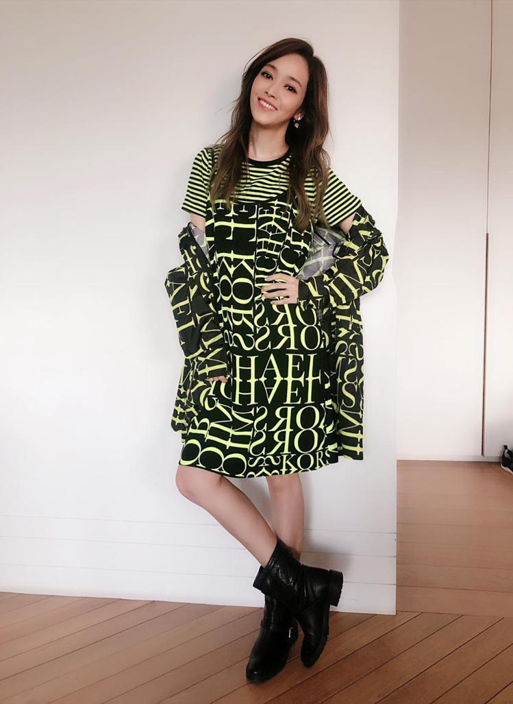 侯佩岑穿MMK條紋上衣2,800元、霓虹黃文字印刷洋裝8,100元、霓虹黃文字印...
