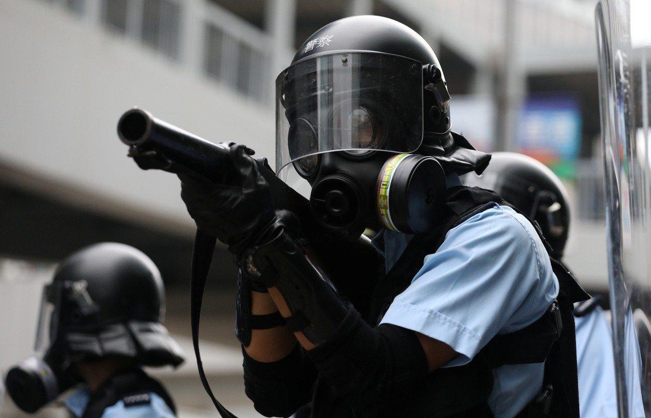 港警向示威群眾發射豆袋彈、橡膠子彈及手擲催淚彈。路透