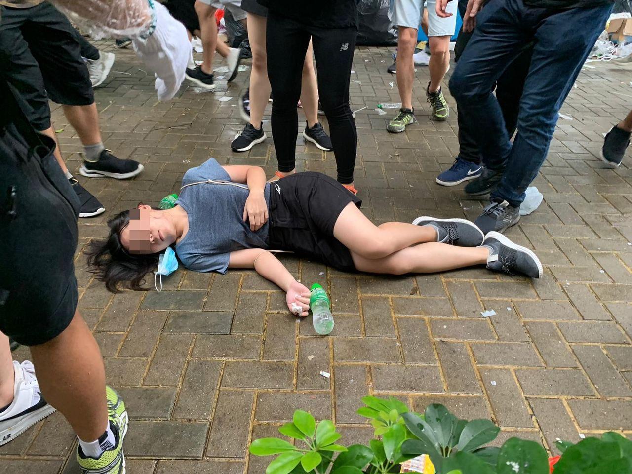 示威者不適倒地。星島日報網