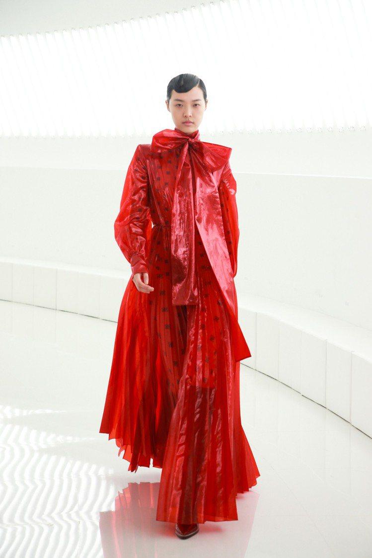 搶眼的PVC大衣疊穿柔美印花裙,讓FENDI秋冬女裝展現高調個性美。圖/FEND...