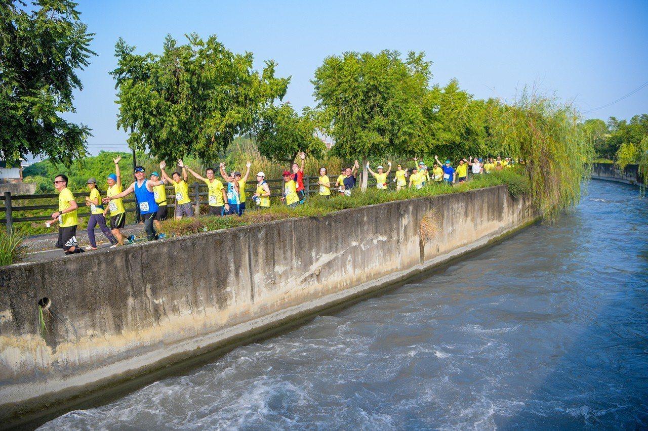 去年田中馬拉松選手沿著八堡二圳享受田野風光的情形。資料照片/運動筆記提供