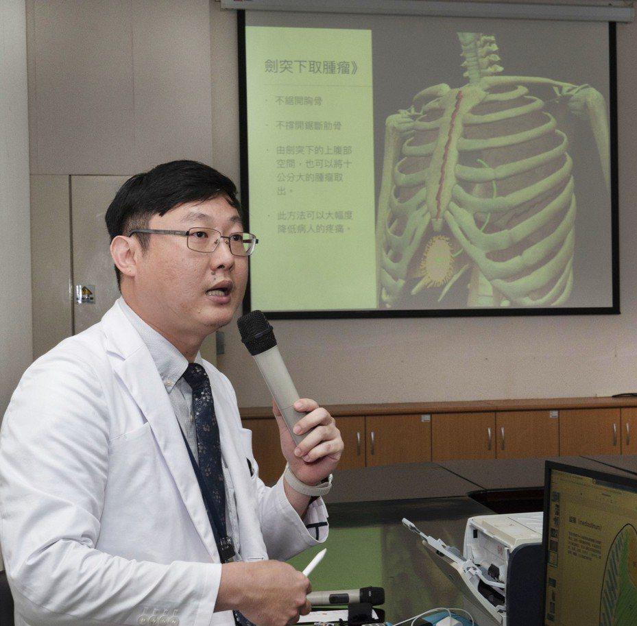 雙和醫院外傷科主任張統優使用微創胸腔內視鏡手術,幫助男大生把前縱膈生殖細胞腫瘤切除。圖/雙和醫院提供