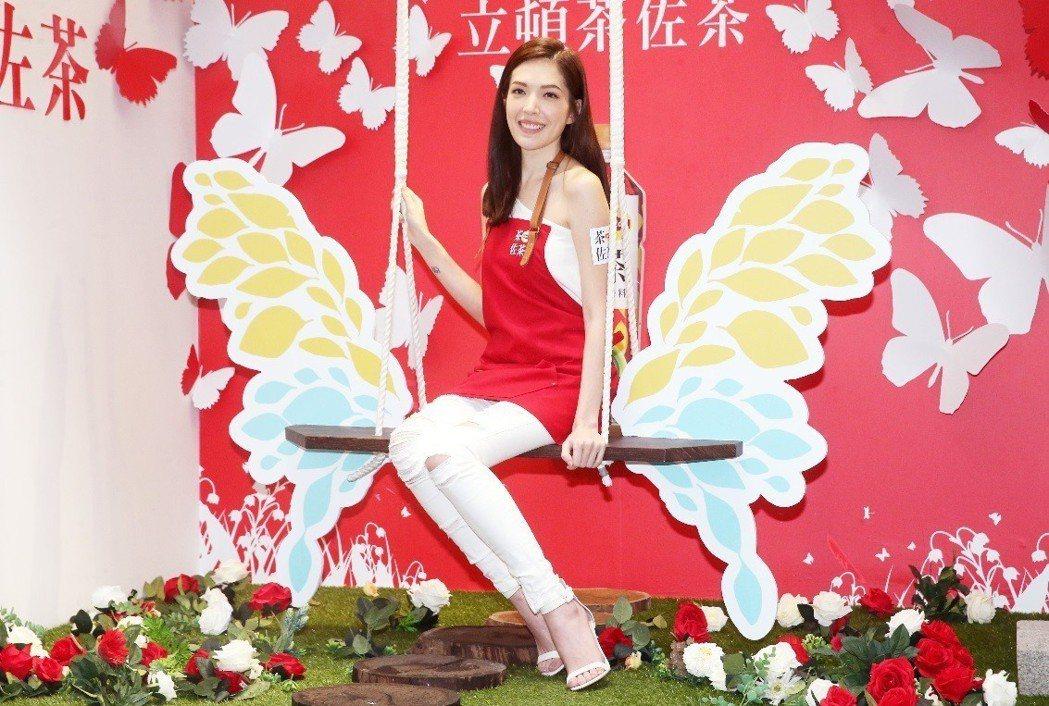 許瑋甯昨天擔任茶佐茶一日店長,盡情釋放女神的魅力。記者胡經周/攝影