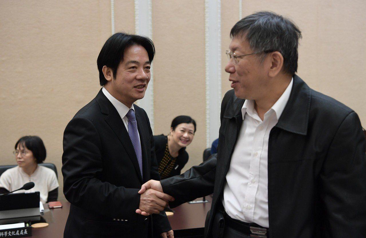 行政院前院長賴清德(左)與台北市長柯文哲,今天成了選戰觀察焦點。圖/行政院提供