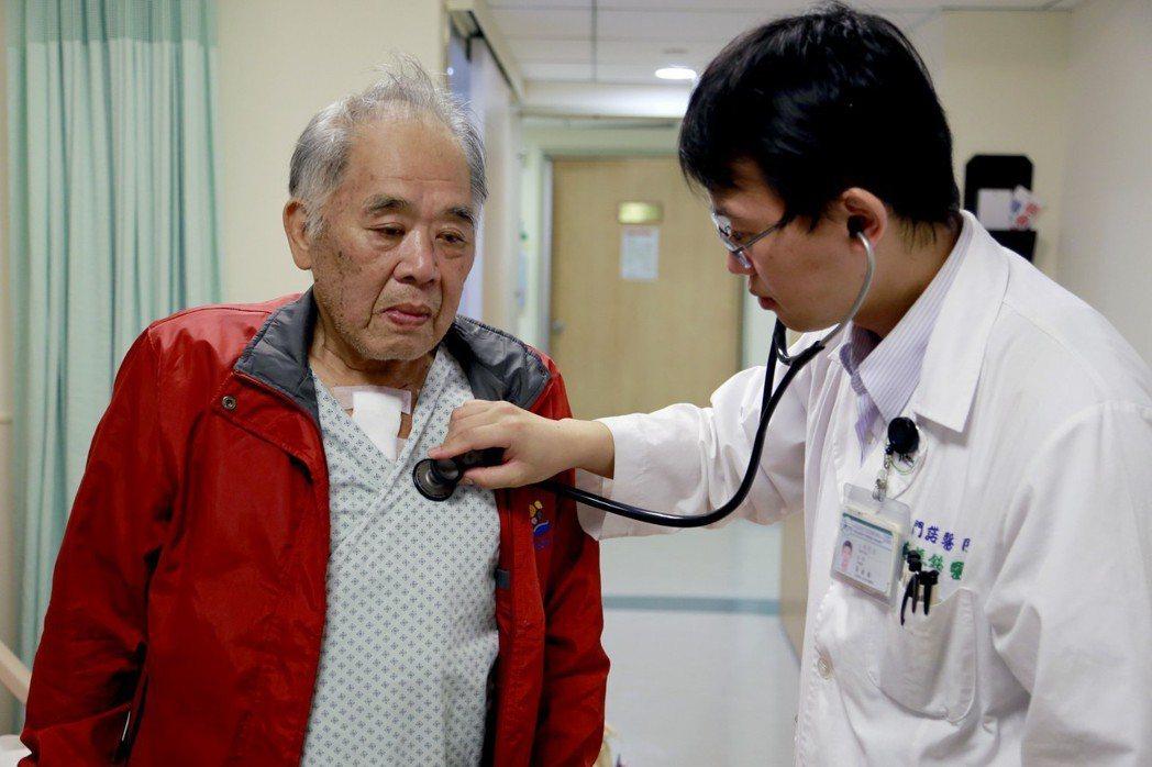 黎爸爸上月底突心肌梗塞,幸虧撿回一命,出院後第一件事就是要戒菸。圖/門諾醫院提供