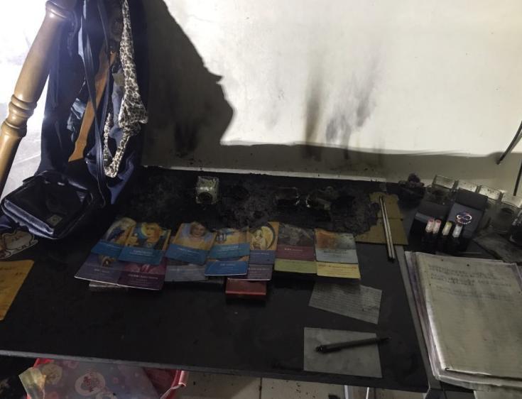 陳女租屋處起火點附近擺有塔羅牌、精油、玻璃罐與筆記本。記者王駿杰/翻攝
