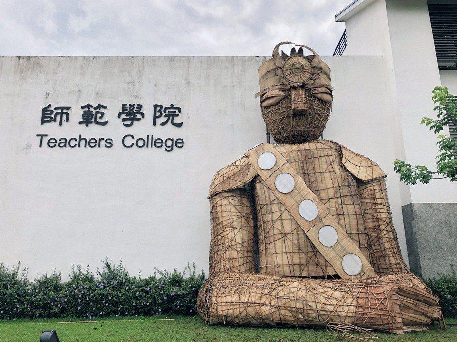 台東大學師範學院3個系所學生花了約20天集體創作,以多元素材打造一個4層樓高的排灣族「巨人祖靈」,今天成果發表。記者尤聰光/翻攝