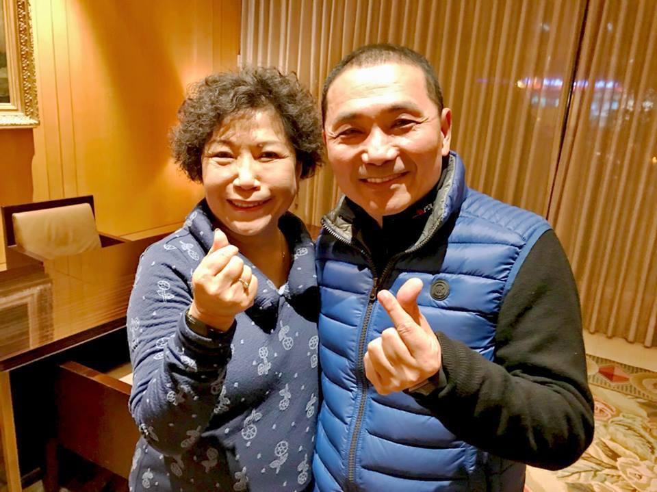 新北市長侯友宜與警大退休教授葉敏蘭。取自臉書