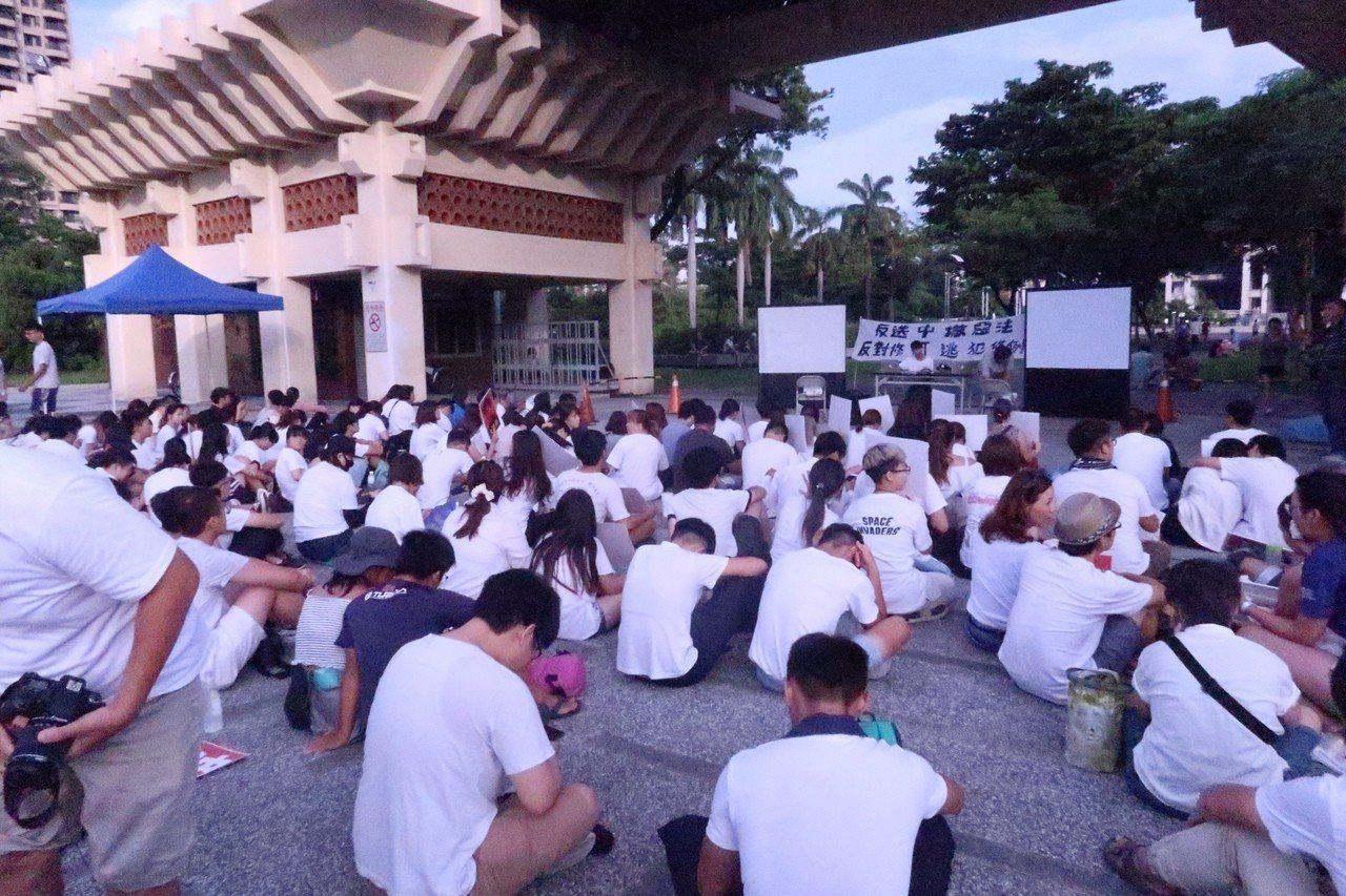 高雄港生在高雄文化中心發起「反對逃犯條例」集會。記者徐如宜/攝影